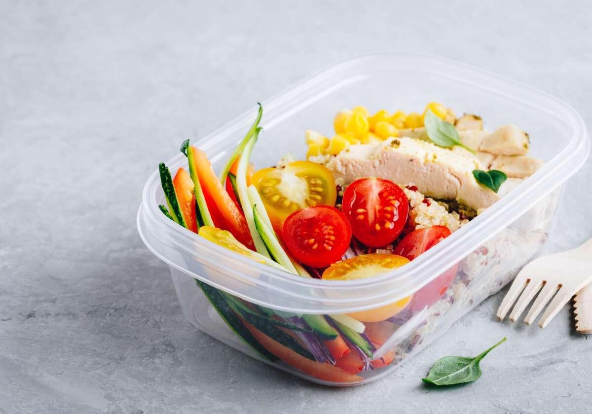 jedzenie w plastikowym pojemniku