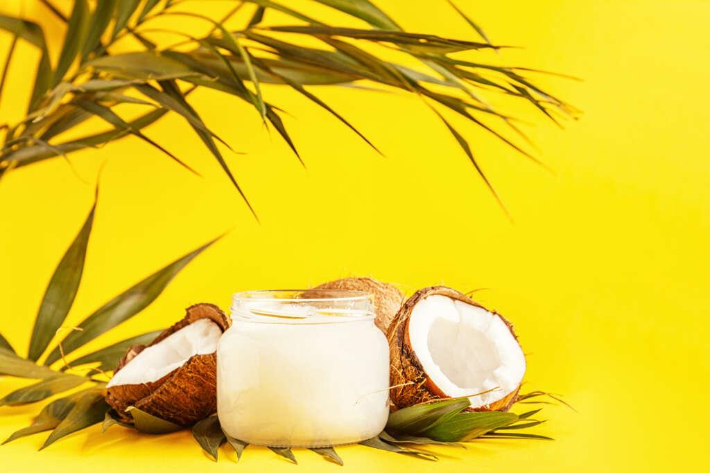 kosmetyk kokosowy na żółtym tle