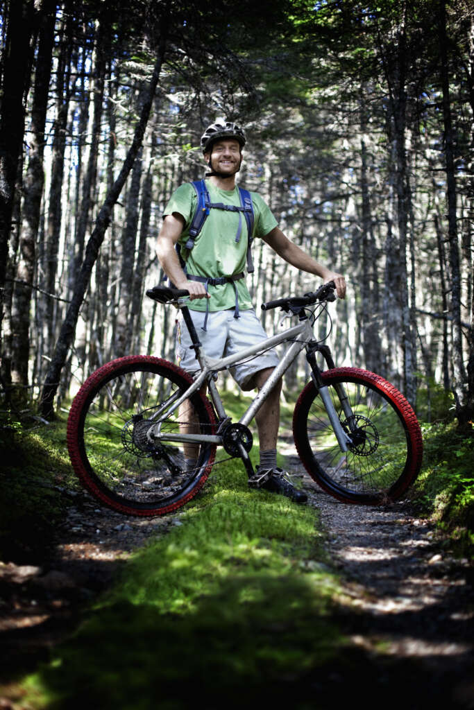 mężczyzna na treningu rowerowym w lesie