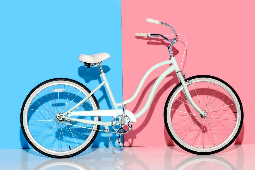 rower miejski na niebiesko-różowym tle