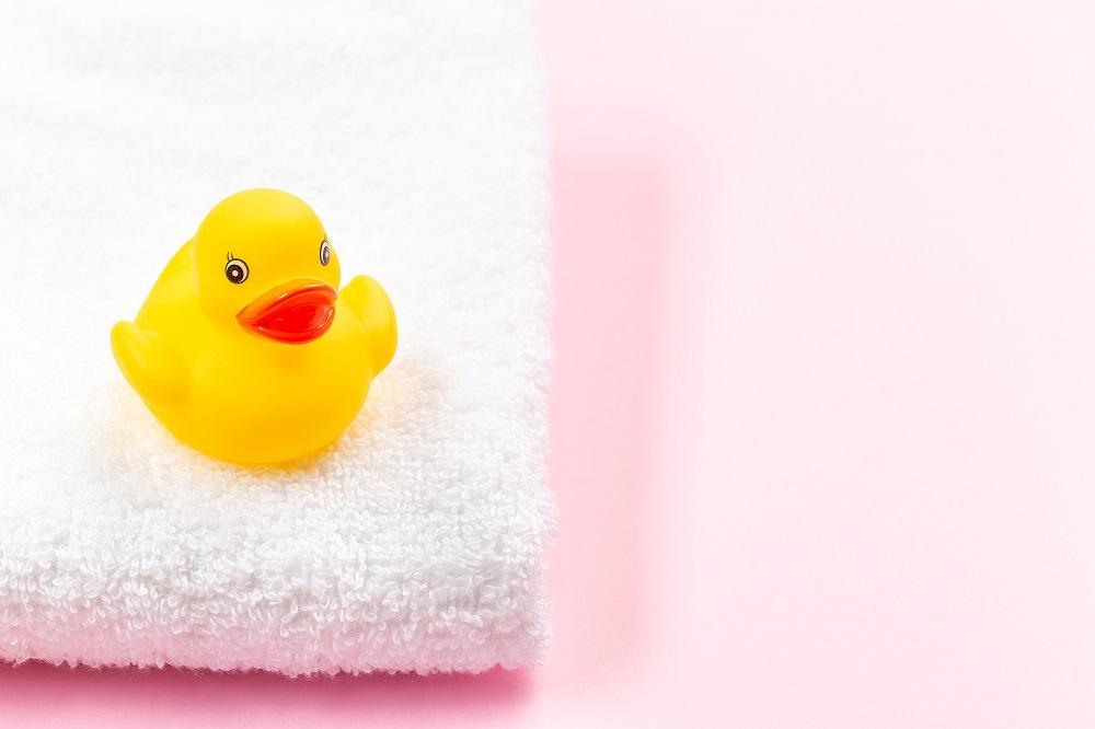 Wesoła kąpiel dziecka — zabawki do wody