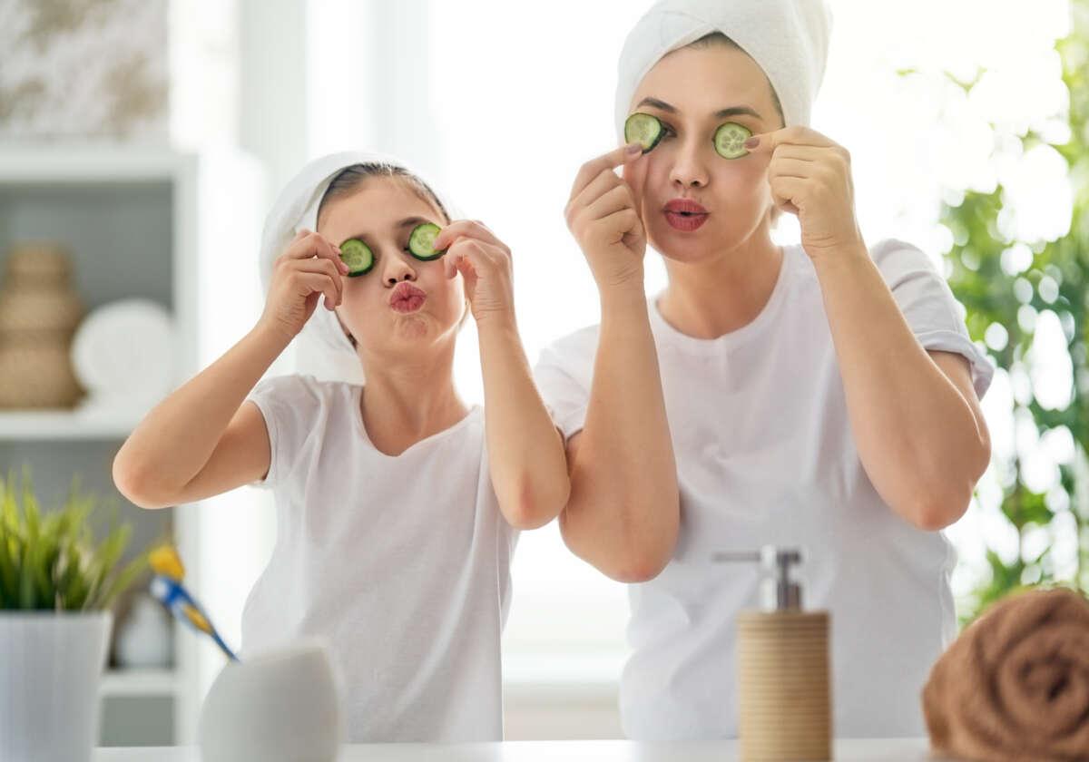 mama z córką w łazience